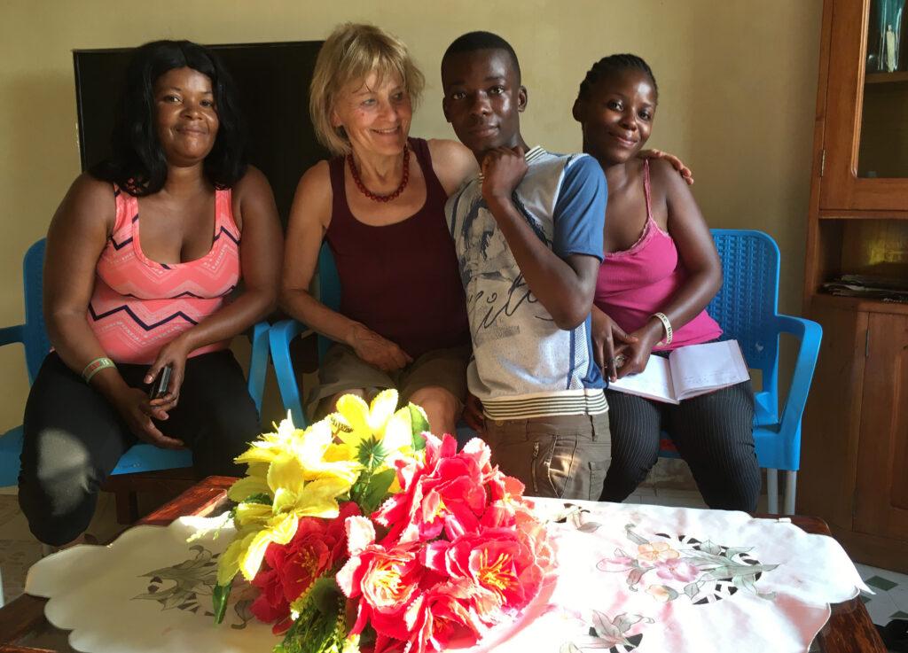 Das Foto zeigt Mama Fifi, Rosette, Sagesse und mich.